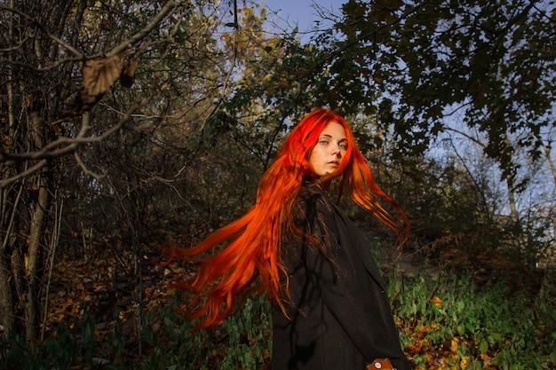 Sexy Belle Rousse Aux Cheveux Longs, Forts Et épais. Photo Premium