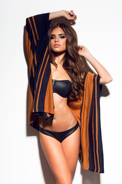 Sexy Femme Brune Séduisante Inhabituelle Posant En Bikini élégant Sexy Et Cape De Plage Photo gratuit