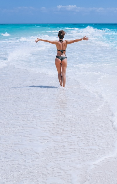 Sexy femme en maillot de bain debout dans l'océan Photo gratuit