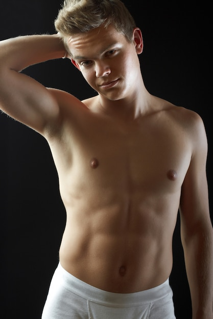 Sexy modèle masculin attrayant avec un corps parfait Photo Premium