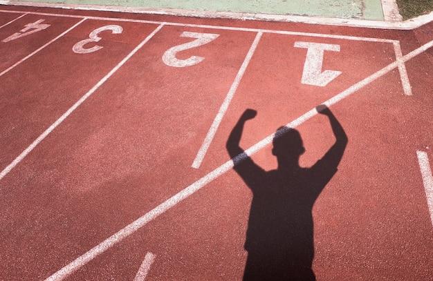 Shadow man est heureux de remporter la victoire sur la piste. Photo Premium