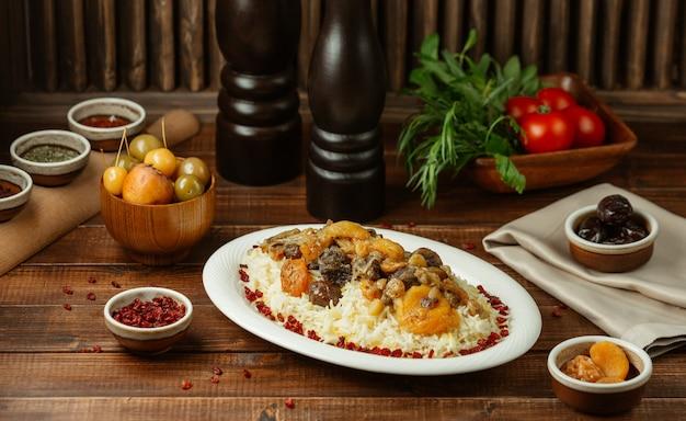 Shah plov, garniture de riz avec fruits secs et de saison Photo gratuit