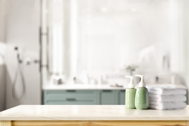Shampoing en céramique, bouteille de savon et serviettes sur le comptoir au fond de la salle de bain Photo Premium