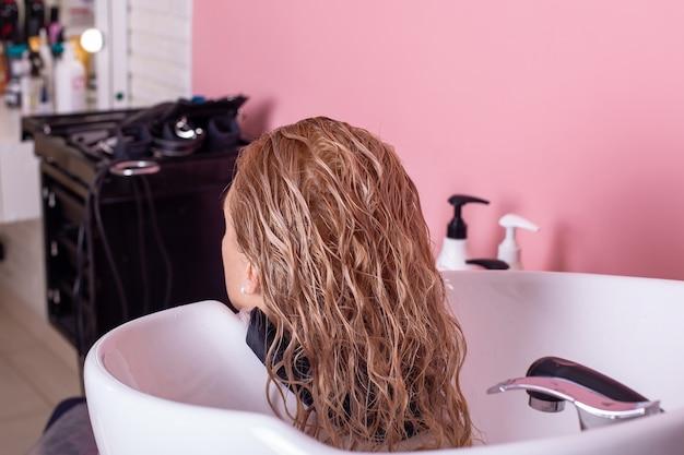 Shampooing Lavage Des Cheveux Blonds Féminins Photo Premium