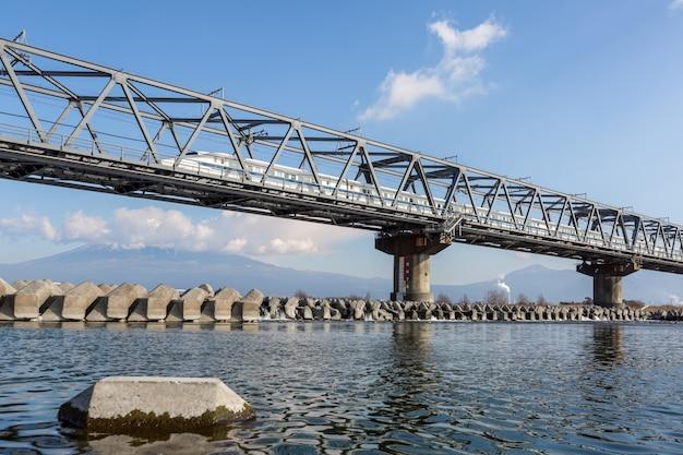 Shinkansen et le mont fuji Photo Premium