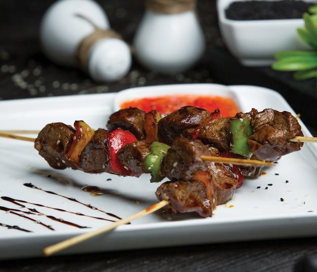 Shish kebab au foie et aux légumes Photo gratuit