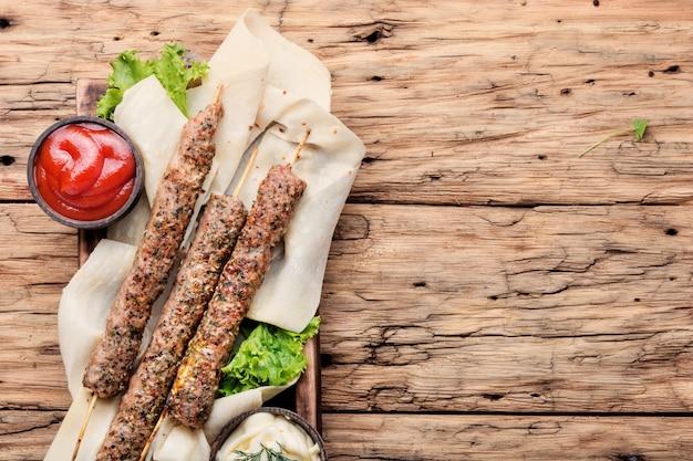 Shish kebab sur un bâton Photo Premium