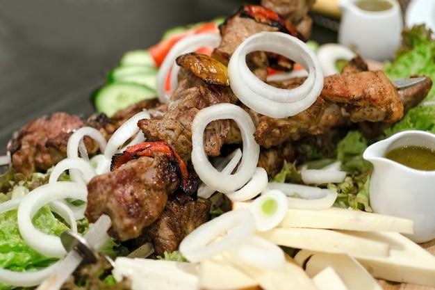 Shish Kebab Sur Brochette Avec Légumes, Oignons, Fromage. Viande Grillée Au Restaurant. Photo Premium