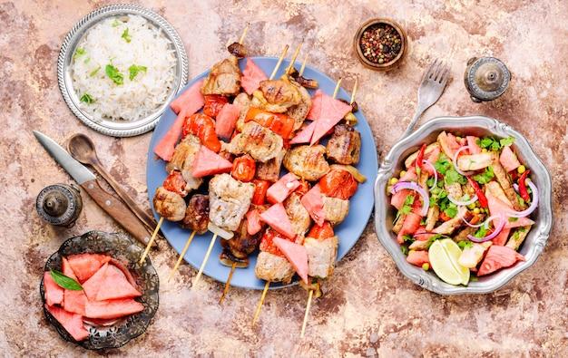 Shish kebab avec garniture de melon d'eau Photo Premium
