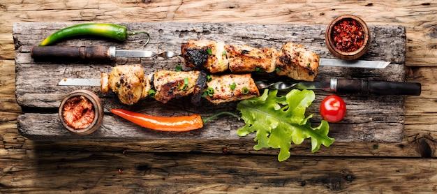 Shish kebab grillé ou chashlik sur des brochettes.alimentation orientale.schish kebab sur un bâton Photo Premium