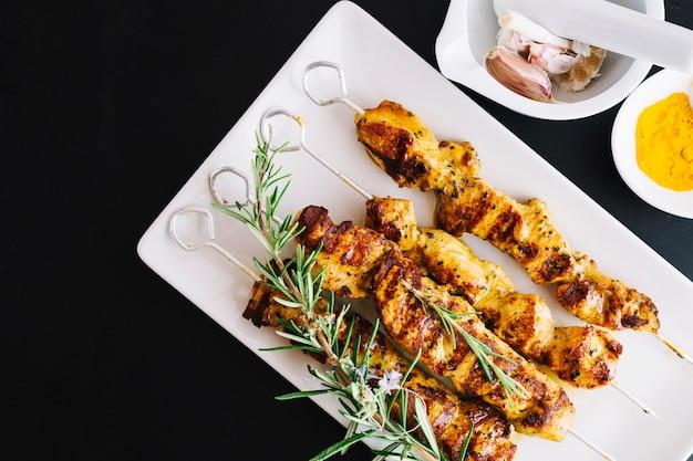 Shish kebab et romarin sur la plaque Photo gratuit