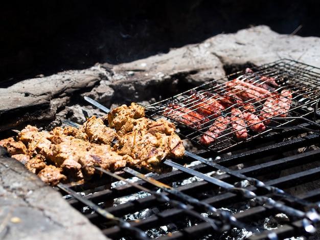 Shish kebab et steaks sur le gril Photo gratuit