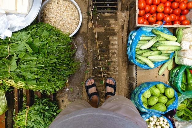Shopping au marché de rue asiatique Photo gratuit