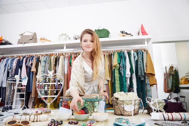 Shopping dans un magasin de mode Photo Premium