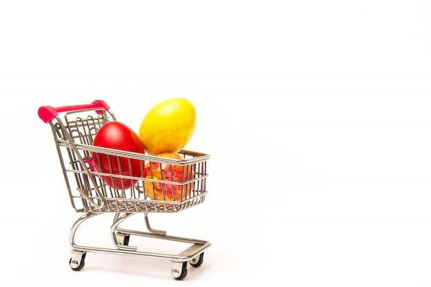 Shopping De Pâques. Oeufs Colorés à La Main Dans Le Panier. Affaires Et Vente Au Printemps Photo Premium