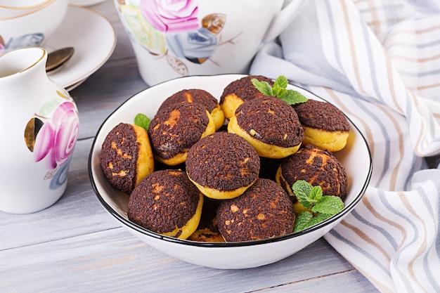 Shu cake. savoureuse profiterole à la crème dans l'assiette. Photo Premium