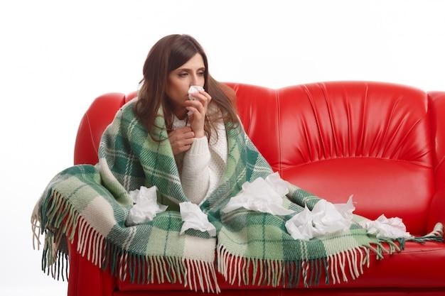 Sick jeune femme avec des tissus sur la couverture Photo gratuit