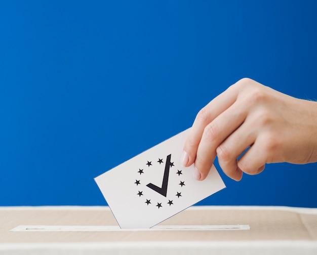 Sideways femme impliquée dans l'élection européenne Photo gratuit