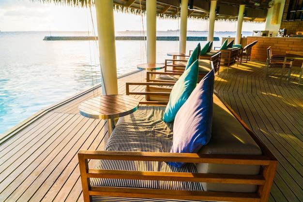 Siège de vacances sur l'île tropicale des maldives et beauté de la mer avec les récifs coralliens. Photo Premium