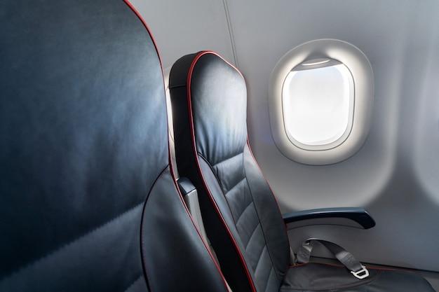 Sièges confortables en classe économique sans passagers. Photo Premium