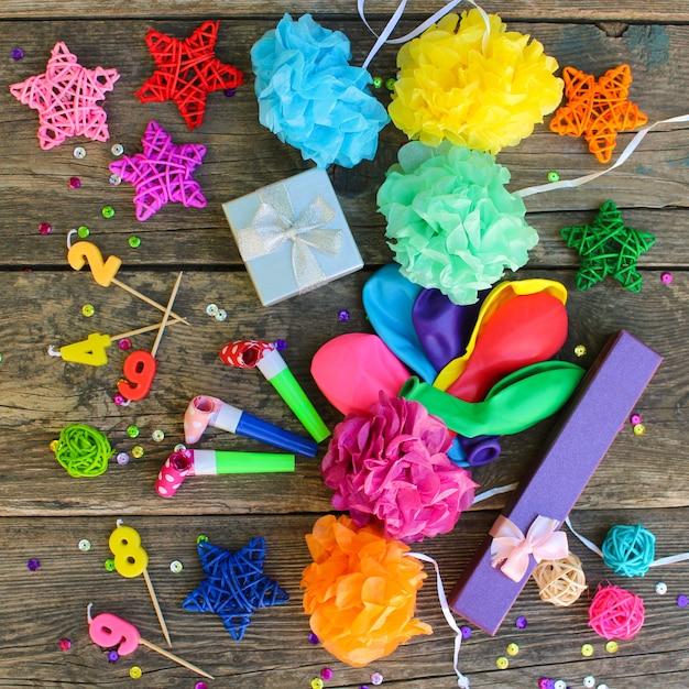 Sifflets, Ballons Cadeaux, Bougies, Décoration Sur Fond De Bois Ancien Photo Premium