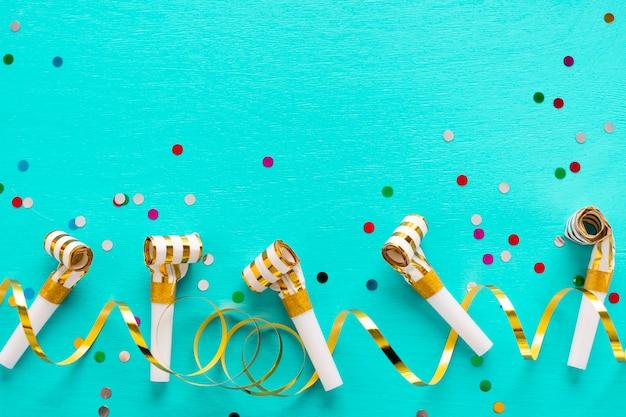 Sifflets de fête avec espace de copie Photo gratuit