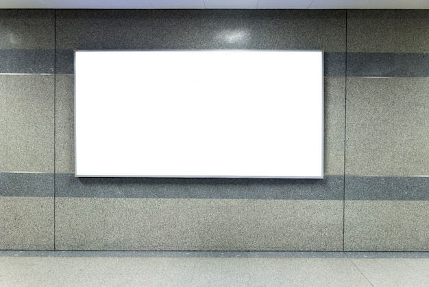 Signal de bannière de panneau d'affichage maquette dans la station de métro. Photo Premium