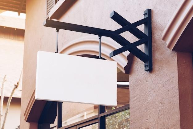 Signalisation vide vide horizontale sur la devanture de magasin de vêtements avec espace de copie. Photo Premium