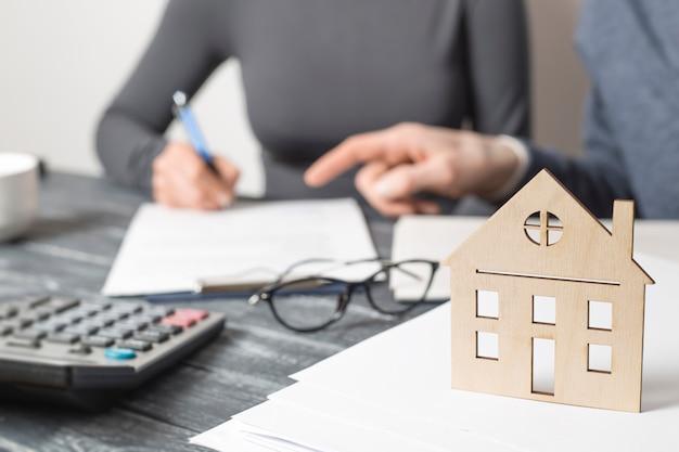 Signature d'un contrat immobilier entre un agent immobilier et un client. Photo Premium