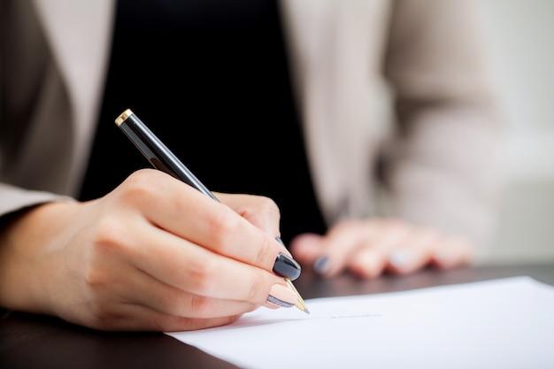 Signature du contrat. formulaire de document de contrat de femme d'affaires Photo Premium