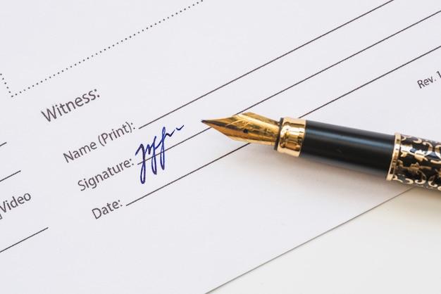 Signature du témoin sur papier Photo gratuit