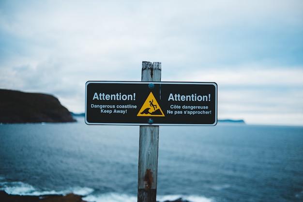 Signe De L'attention Près De L'eau De Mer Photo gratuit