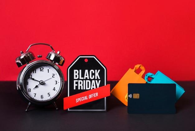 Signe de jouet, réveil, carte de crédit et sacs à provisions Photo gratuit