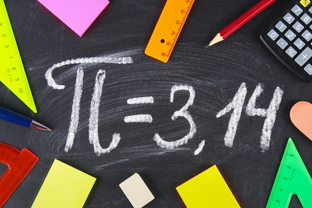Le Signe Mathématique Ou Le Symbole Pour Pi Sur Un Tableau Noir. Photo Premium