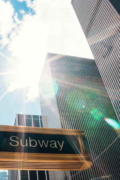 Signe de métro dans la rue de la ville de new york Photo gratuit