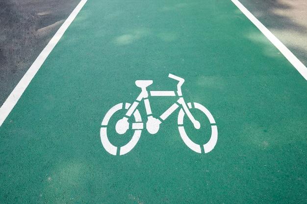 Signe de la piste cyclable blanche sur la voie verte. Photo Premium