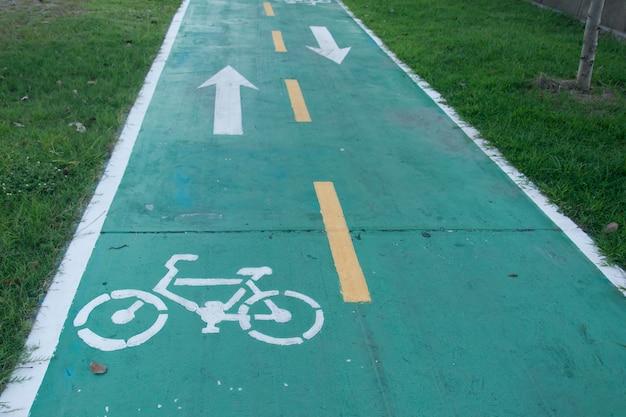 Signe pour le chemin de vélo dans le parc Photo Premium