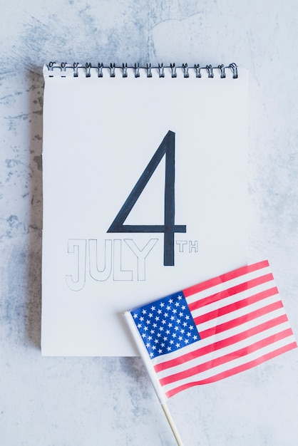 Signe de la quatrième de juillet et drapeau américain Photo gratuit