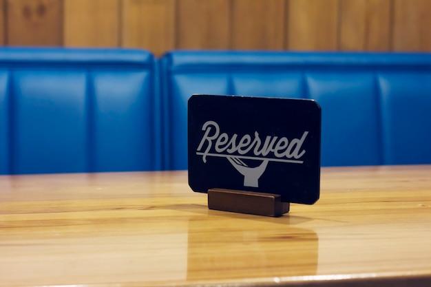 Le signe réservé sur la table vide dans un café Photo Premium
