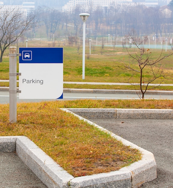 Signe de stationnement dans le parc en automne Photo Premium