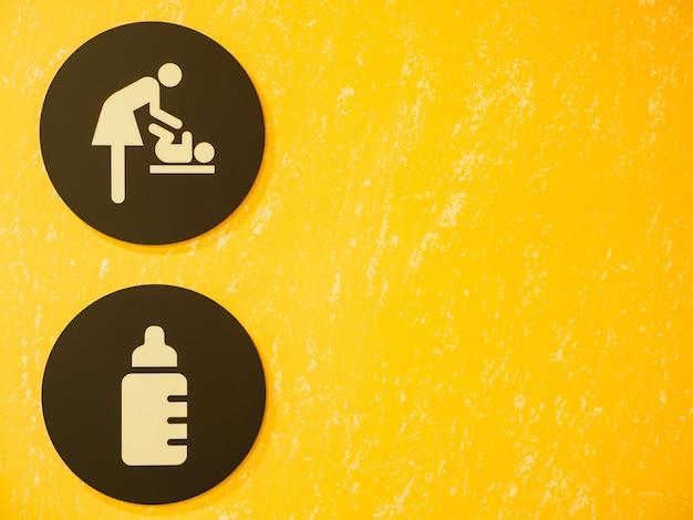 Signe et symbole de vestiaire bébé sur fond jaune. Photo Premium