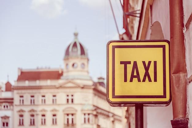 Signe de taxi dans la rue à prague Photo Premium