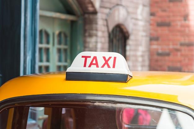 Signe de taxi sur la voiture de toit Photo gratuit