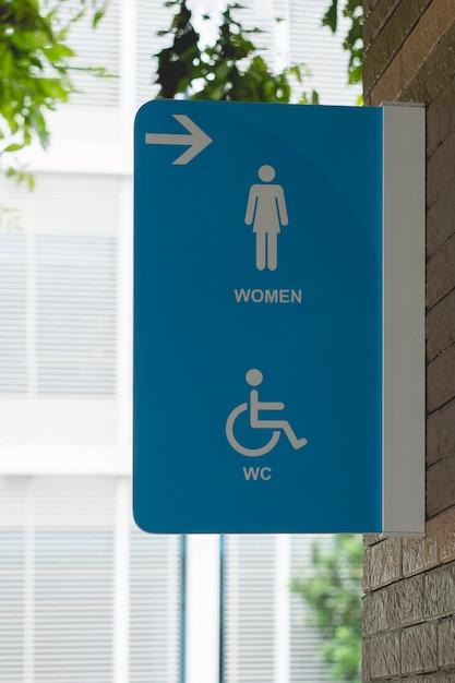 Signe de toilettes publiques moderne sur le mur, signes de wc femmes pour les toilettes. Photo Premium