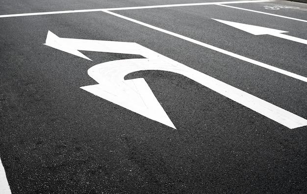 Signe de virage sur la route Photo Premium