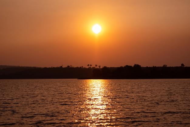 Silhouette d'arbres sur la montagne et le coucher du soleil le soir Photo Premium