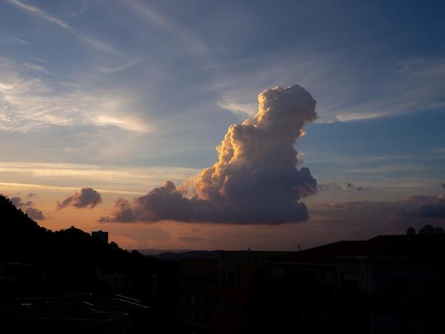 Silhouette De Collines Sous Un Beau Ciel Avec Des Nuages Photo gratuit
