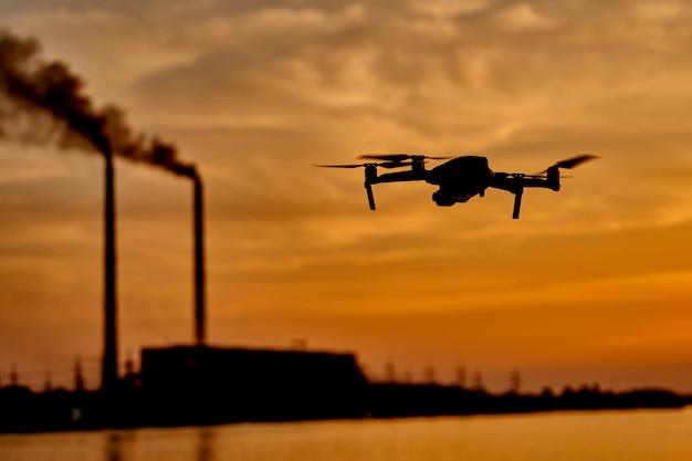 Silhouette De Drone Sur Fond De Coucher De Soleil Photo Premium