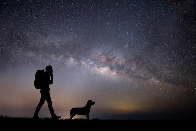 Silhouette du jeune randonneur qui marche au coucher du soleil. Photo gratuit