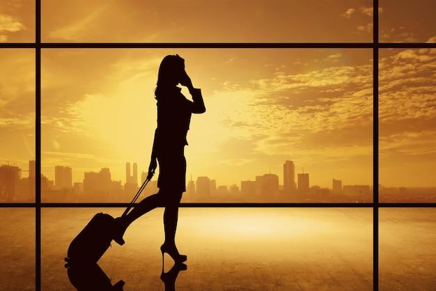 Silhouette, femme affaires, marche, à, valise Photo Premium